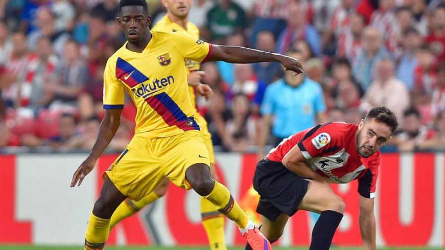 Dembélé trata de retener el balón