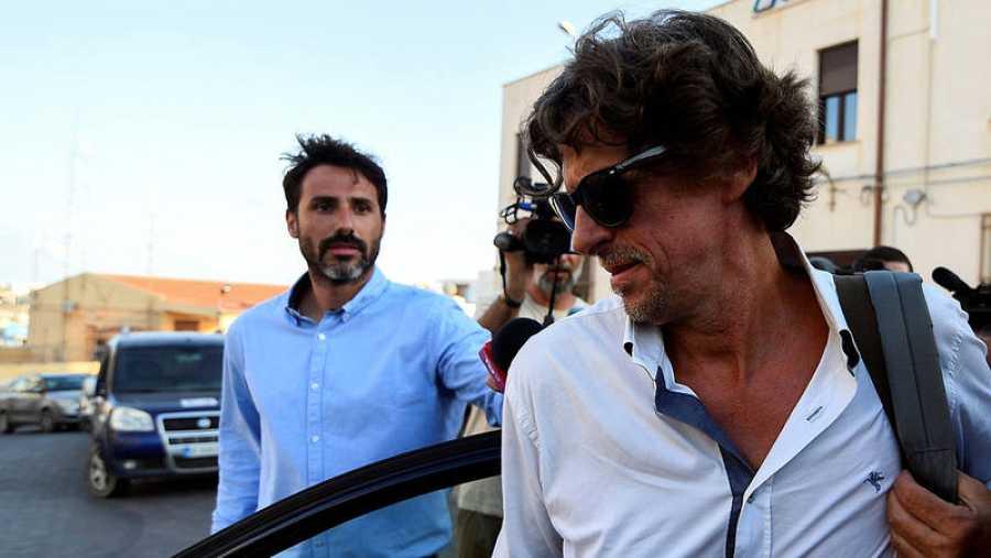 El fiscal italiano Luigi Patronaggio abandona la sede de la Guardia Costera italiana en Lampedusa. REUTERS/Guglielmo Mangiapane