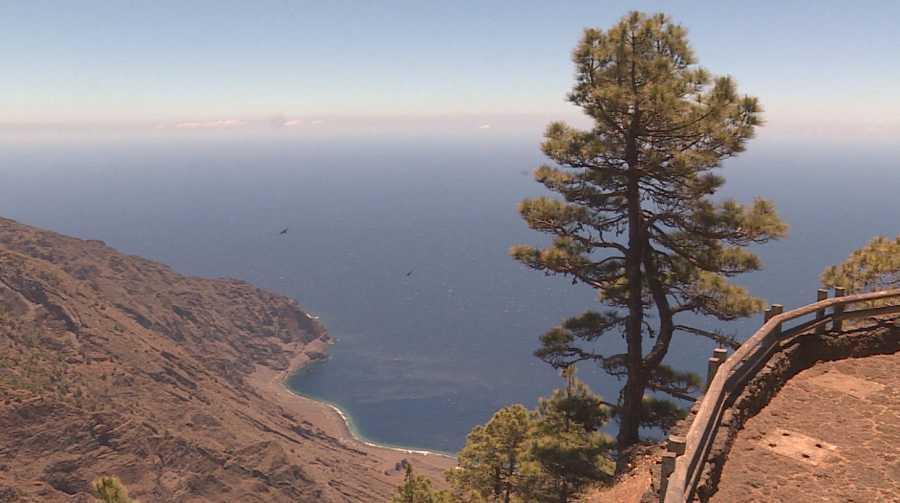 Comando al sol bucea en las transparentes y profundas aguas de la isla de El Hierro