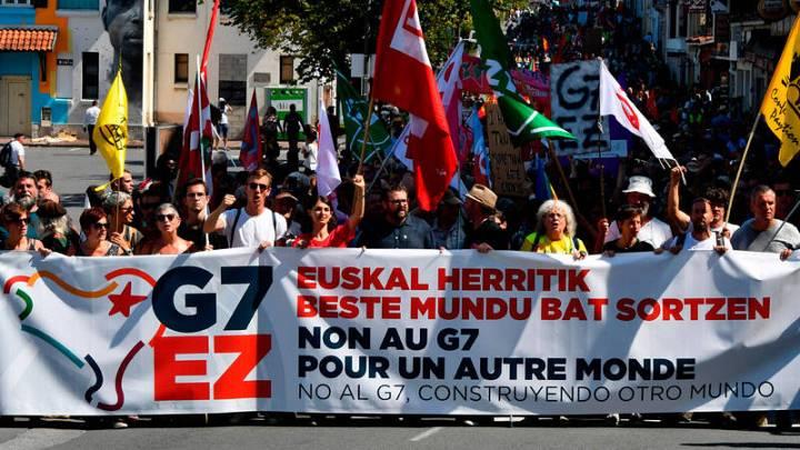 Pancarta de protesta contra la cumbre del G7