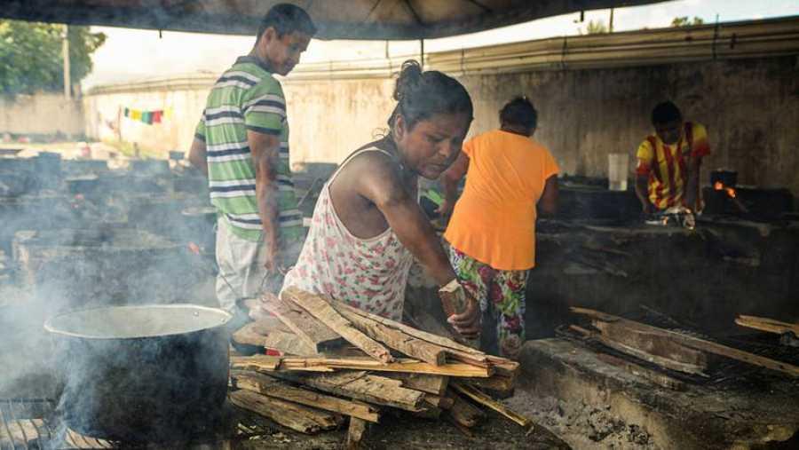 Los residentes del refugio Pintolandia, en Boa Vista, cocinan con leña en la cocina colectiva, Victoria Servilhano/MSF