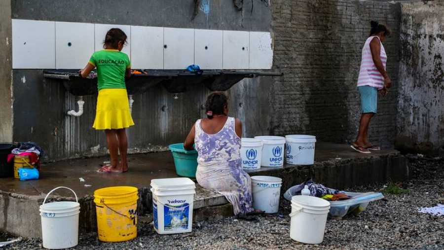 Las mujeres lavan su ropa en el refugio de Pintolandia, en Boa Vista. Trajeron el agua en cubos, de uno de los pocos puntos de agua del refugio. Victoria Servilhano/MSF