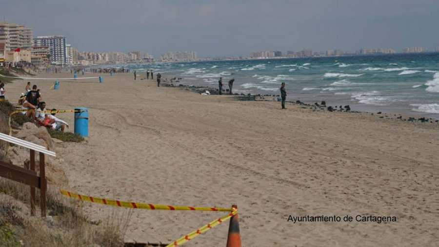 La Guardia Civil custodia la playa tras estrellarse un avión de la Patrulla Águila en La Manga