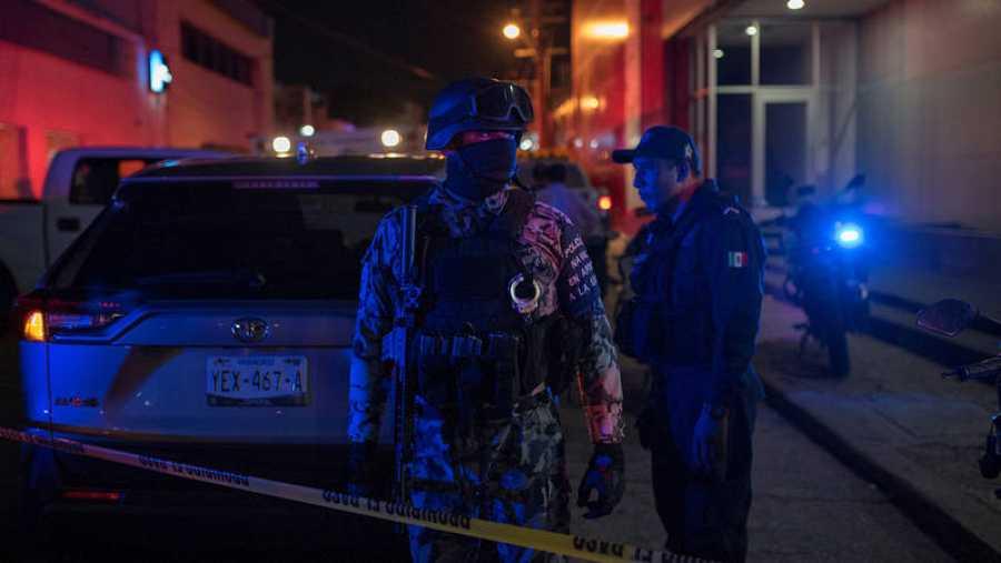 Policías federales en el lugar de unincendio de un bar que se ha cobrado una veintena de muertos en Coatzacoalcos, México. REUTERS/Angel Hernandez
