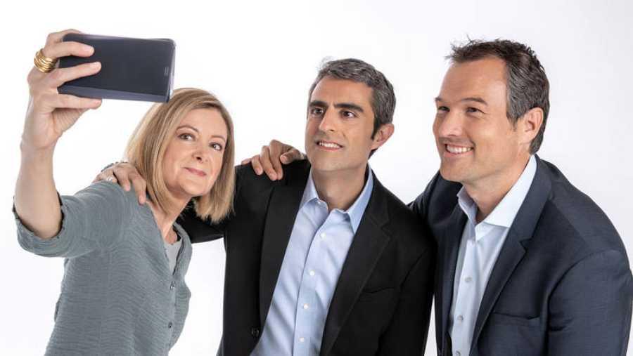 Pepa Fernández, Carles Mesa e Íñigo Alfonso se hacen un 'selfie'.