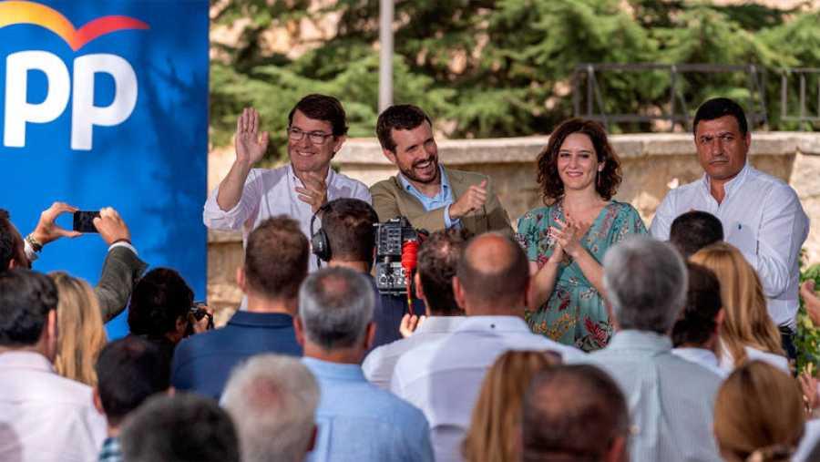 Pablo Casado (2I) abre el curso político junto aAlfonso Fernández Mañueco (i), Isabel Díaz Ayuso (2d) y el presidente del PP de Ávila, Carlos García (i)