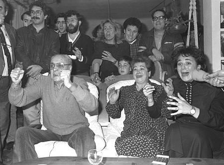 La familia Fernández Ochoa ve por TV la actuación de Blanca en los JJ.OO. de Calgary'88