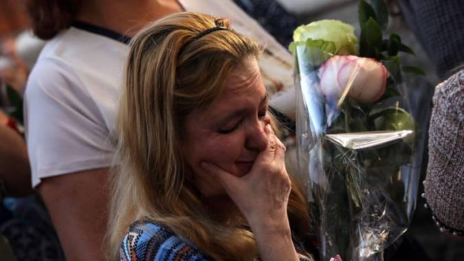 Una seguidora de Camilo Sesto llora en la capilla ardiente