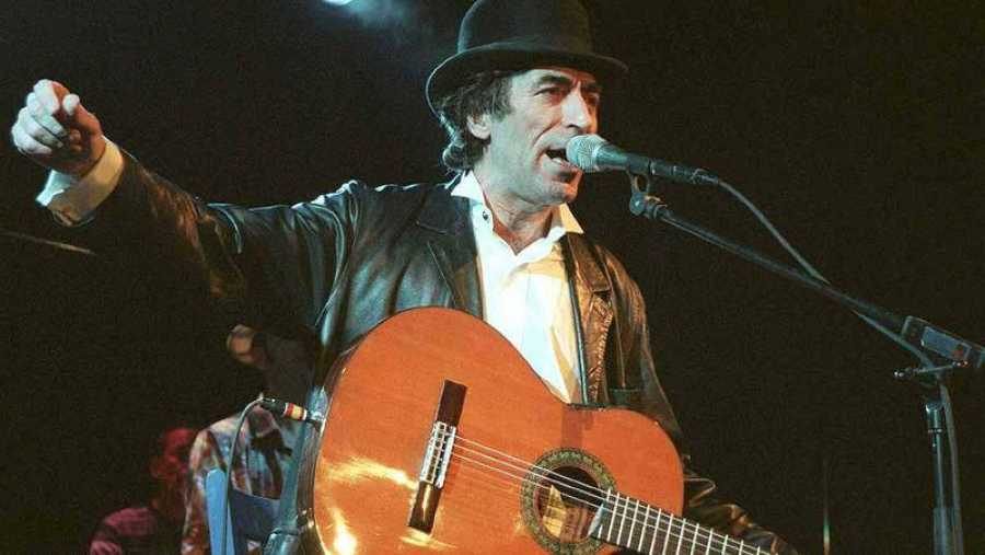 Joaquín Sabina, en una imagen de 1999 durante la presentación de '19 días y 500 noches' en el Museo del Ferrocarril de Madrid.