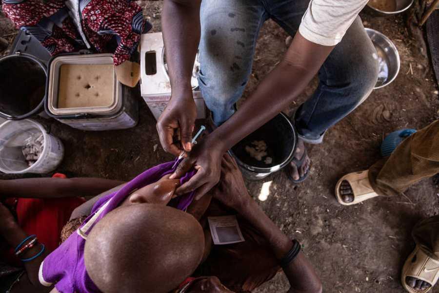 Un niño recibe su vacuna contra el sarampión del equipo de vacunación de MSF en Am Kiféou, región de Am Timan