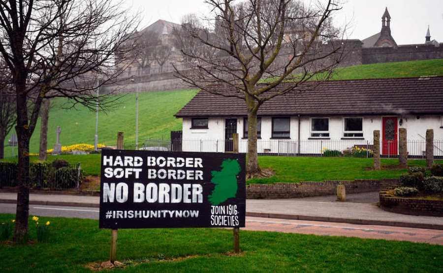 Una pancarta en contra del brexit reza