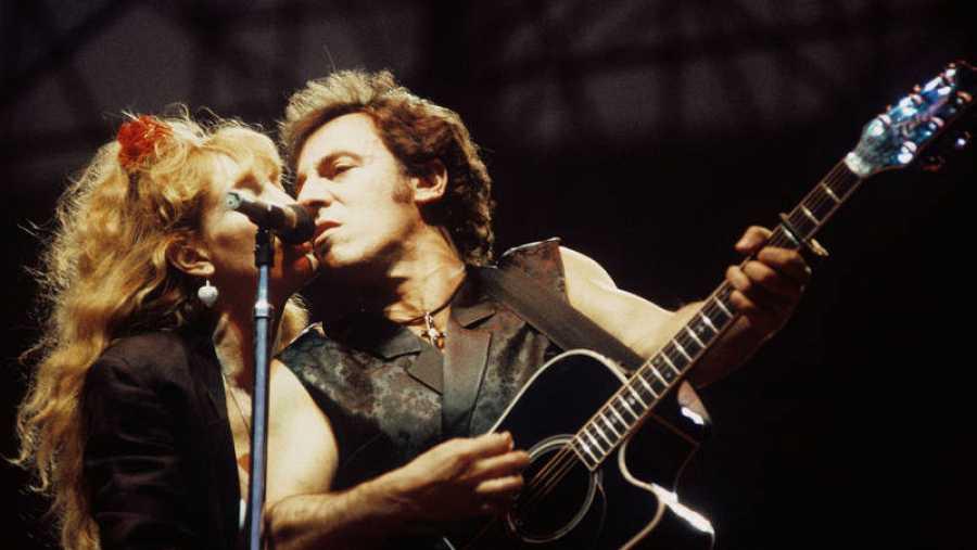 Bruce Springsteen y la vocalista de la E Street Band, Patti Scialfa, en un concierto de 1988 en el Vicente Calderón de Madrid.