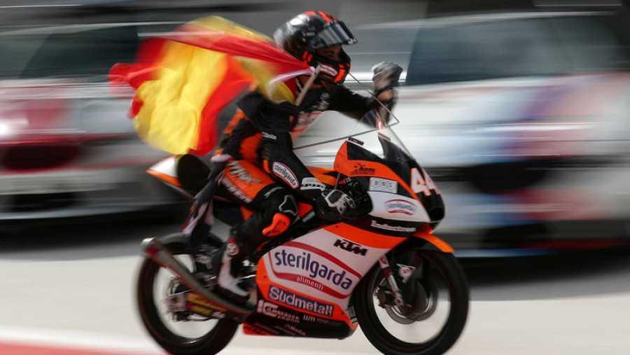 Canet celebra su victoria con una bandera de España