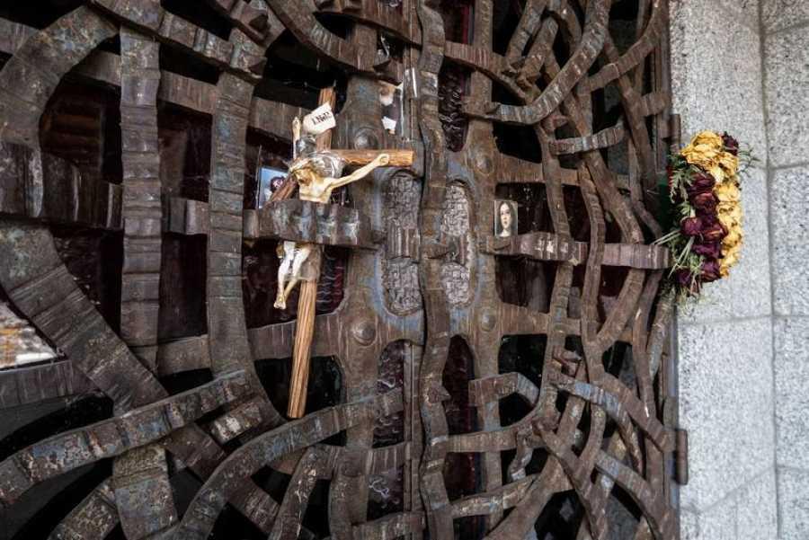 Puerta de la entrada de la cripta donde irá Franco