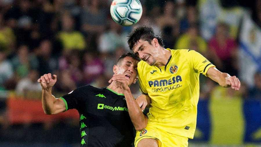 Gerard Moreno (d) y Feddal (i) luchan por el balón