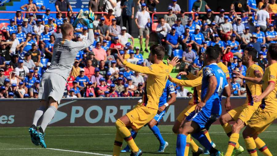 El guardameta del Barcelona, Marc Andre Ter Stegen (i) atrapa el balón