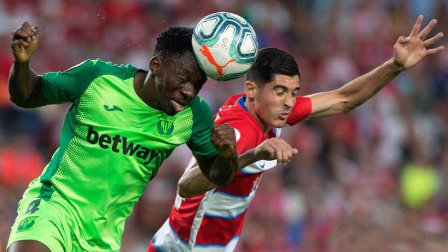Omeruo (i) y Carlos Fernández (d) luchan por el balón