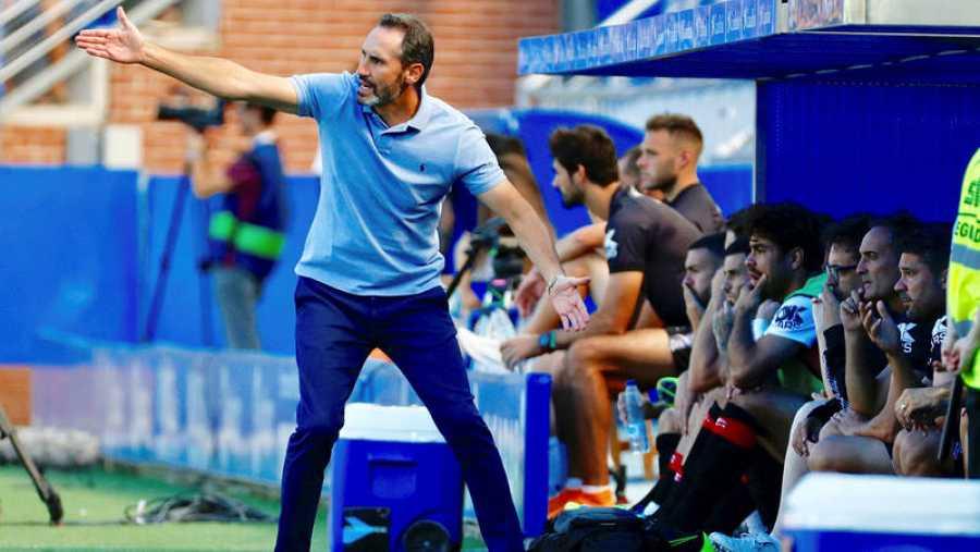 El entrenador del Mallorca Vicente Moreno, dando instrucciones