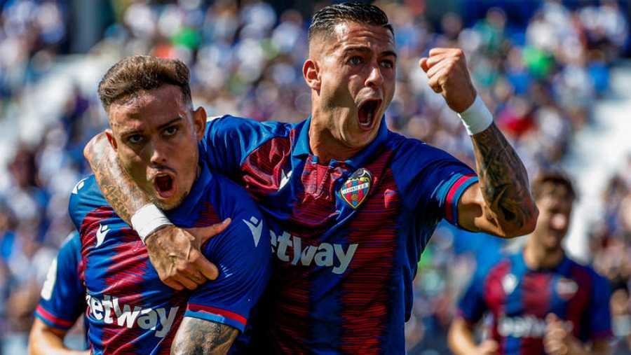 Roger Martí (i) y Sergio León (d) celebran el primer gol