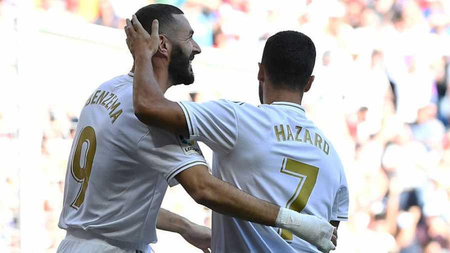Benzema (i) y Hazard (d) celebran el primer gol