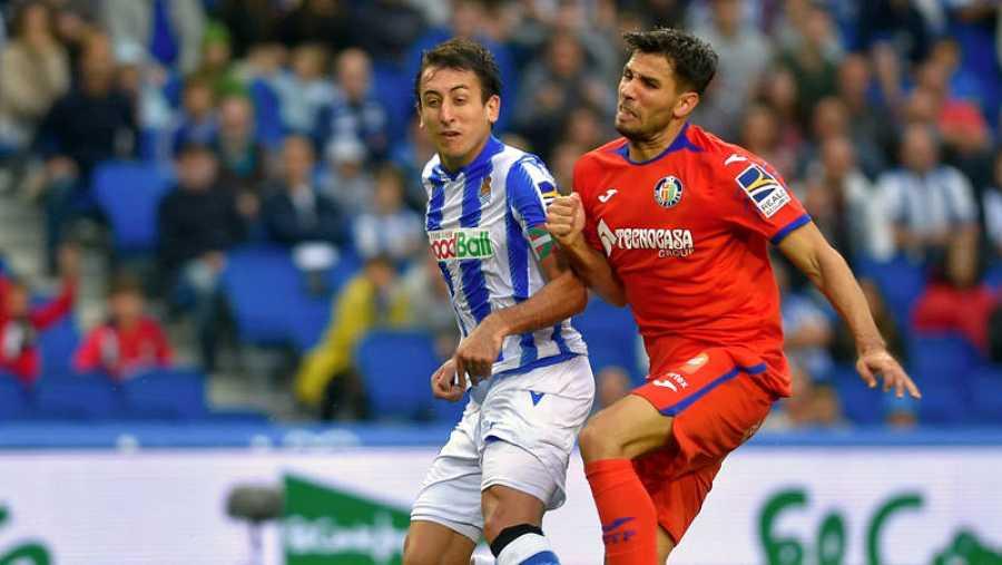 Oyarzabal lucha con Cabrera por el balón