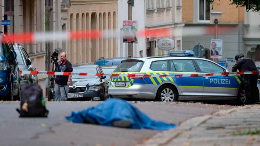 Uno de los fallecidos en el tiroteo yace en el suelo