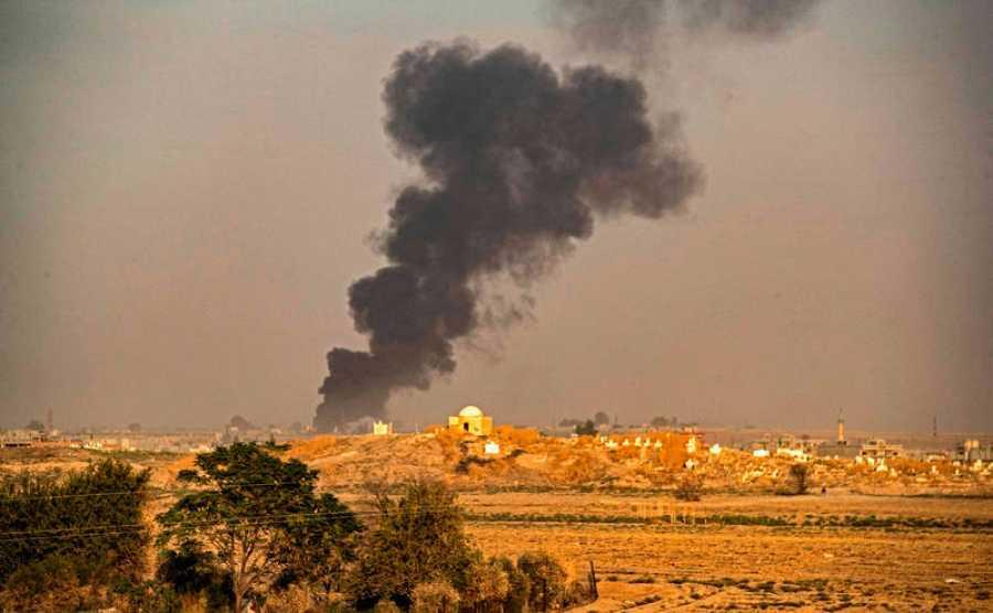 Columna de humo causada por el bombardeo turco en la ciudad nororiental de Ras al-Ain, en la provincia siria de Hasakeh