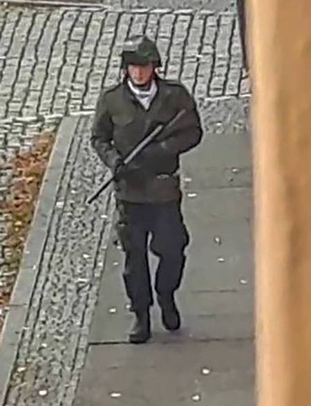 El atacante camina por las calles de Halle