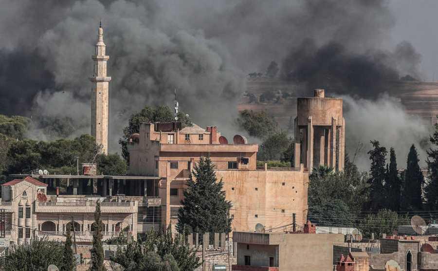 Imagen de varias columnas de humo tras lo bombardeos turcos sobre territorio sirio, este jueves en Sanliurfa (Turquía)
