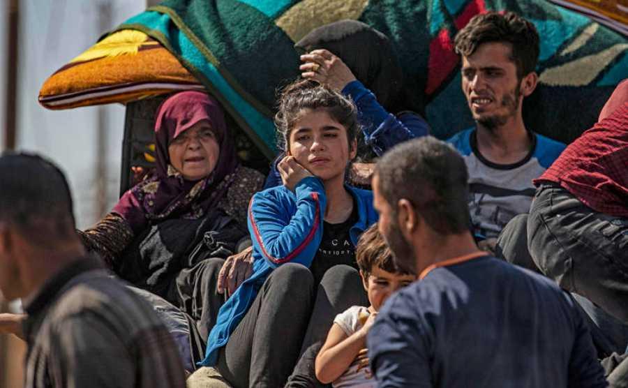 Civiles sirios árabes y kurdos llegan a la ciudad de Hassakeh después de huir después del bombardeo turco en las ciudades del noreste de Siria a lo largo de la frontera turca.