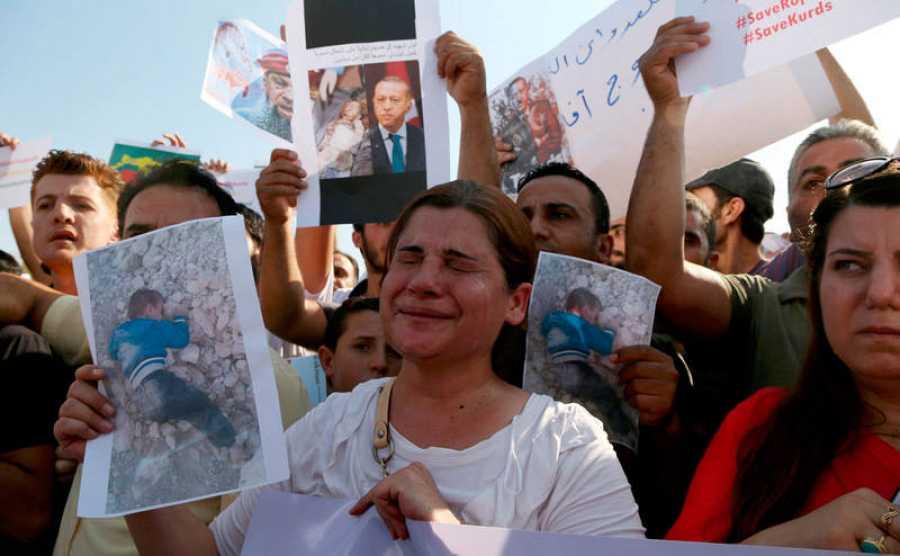 Manifestantes kurdosirios denuncian la ofensiva militar tuca contra las fuerzas kurdas, este jueves frente a la sede de Naciones Unidas en Erbil (Irak).