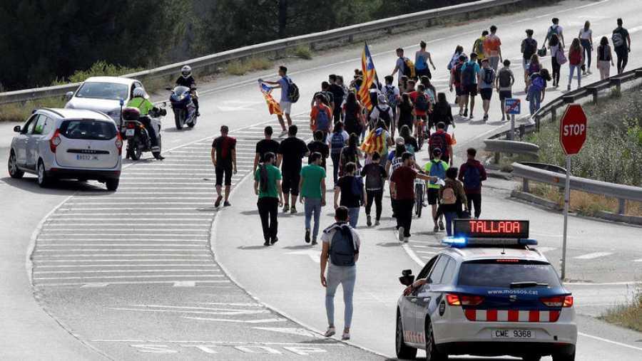 Imagen de manifestantes en el corte de la carretera A-2 este lunes tras conocerse la sentencia del 'procés