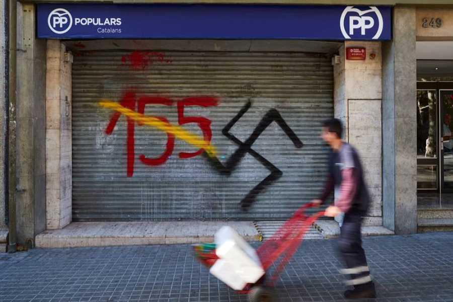 La sede del Partido Popular (en la imagen) y de Ciudadanosen Barcelona ha amanecido este martes con una pintada de un