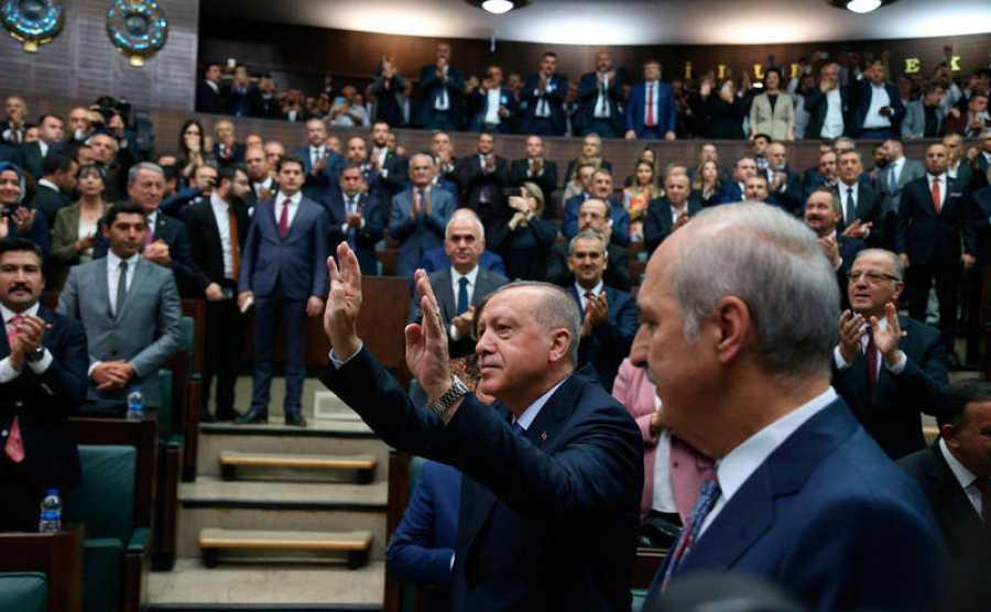El presidente turco, Recep Tayyip Erdogan, saluda a los miembros del Partido de la Justicia y el Desarrollo (AKP) en su reunión de grupo en el parlamento en Ankara