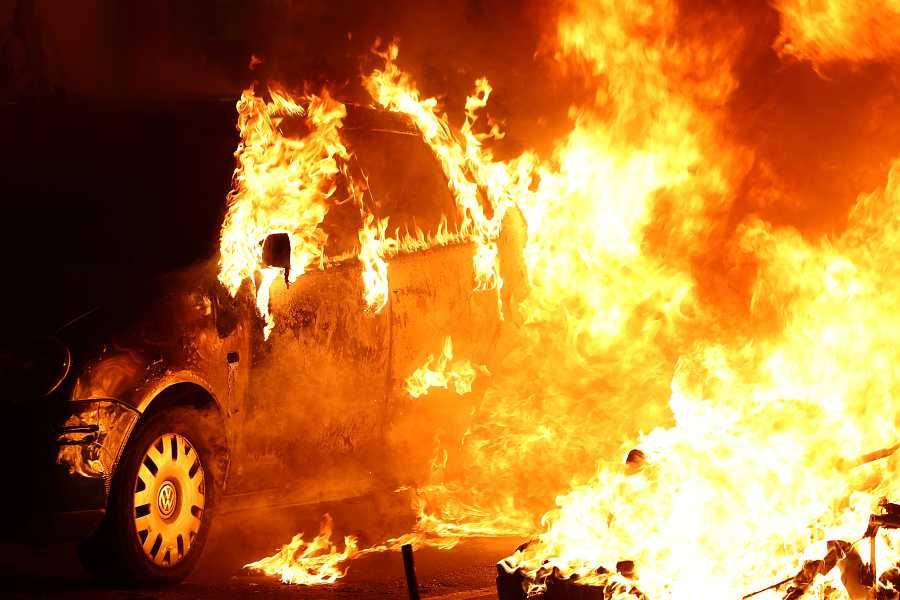 Els manifestants cremen cotxes durant la protesta