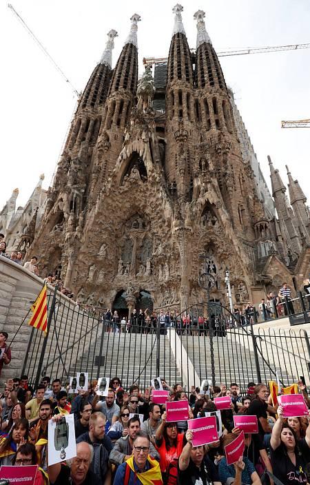 Manifestantes protestan contra la sentencia del 'procés' a las puertas de la Sagrada Familia de Barcelona.