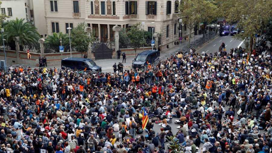 Cientos de personas se concentran ante la sede de la Delegación del Gobierno en Cataluña con motivo de la visita del presidente del Gobierno en funciones, Pedro Sánchez