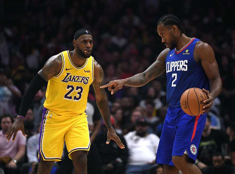Kawhi Leonard (de los Clippers), con el balón ante la defensa de LeBron James (de los Lakers, a la izquierda)