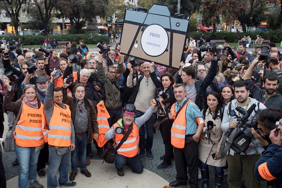 Els periodistes es concentren a Plaça Catalunya per a condemnar les agressions patides durant la setmana d'aldarulls