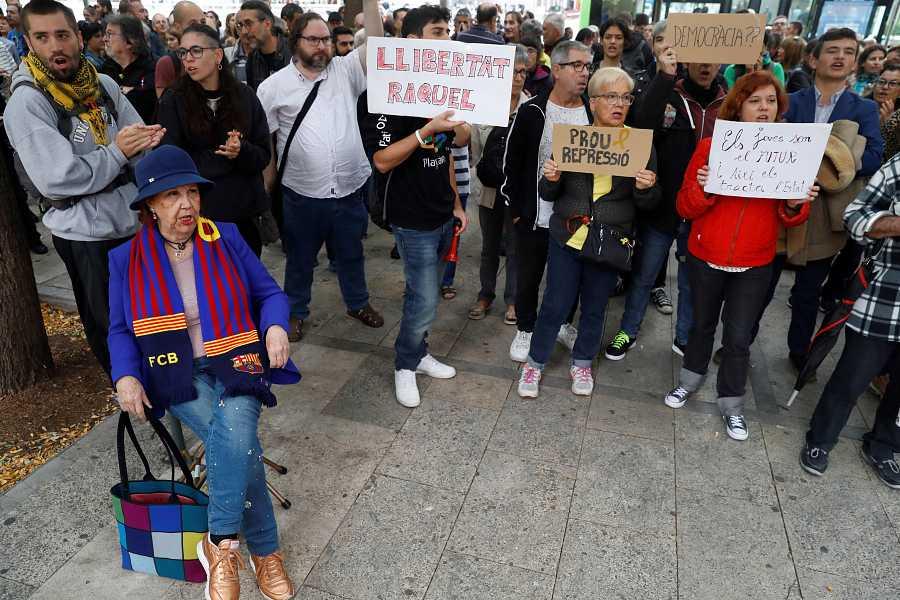Els concentrats donen suport als detinguts en les protestes contra la sentència del procés.