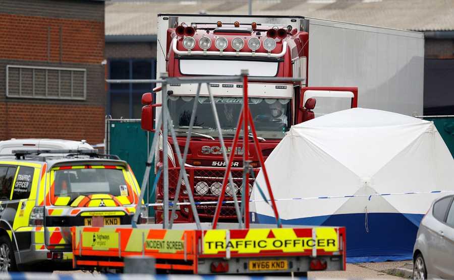 Se ve a la policía en la escena donde se descubrieron los cuerpos en un camión contenedor, en Grays, Essex