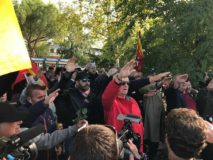 Un grupo de simpatizantes del franquismo realiza el saludo fascista en las inmediaciones del cementerio de Mingorrubio