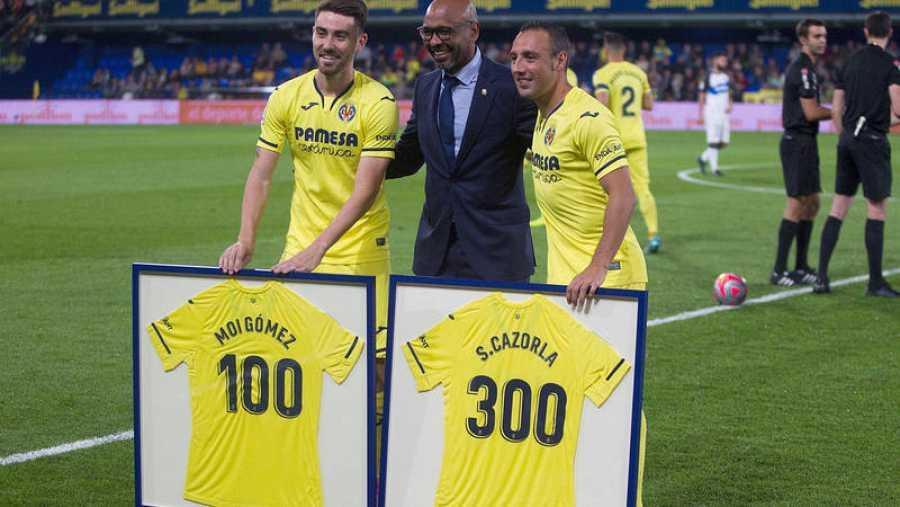 Los jugadores del Villarreal Moi Gómez (i) y Santi Cazorla (d), homenajeados