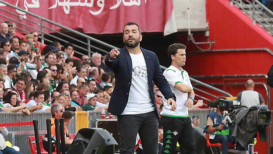 El entrenador del Granada Diego Martínez (i) durante el partido ante el Real Betis