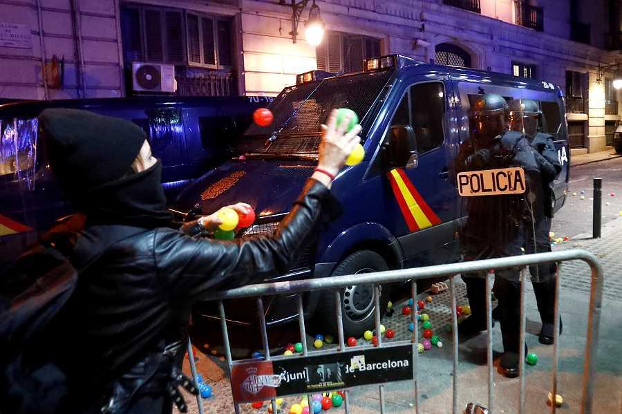 Els CDR van convocar a Via Laietana als manifestants per tornar les pilotes que els hi va llançar la policia