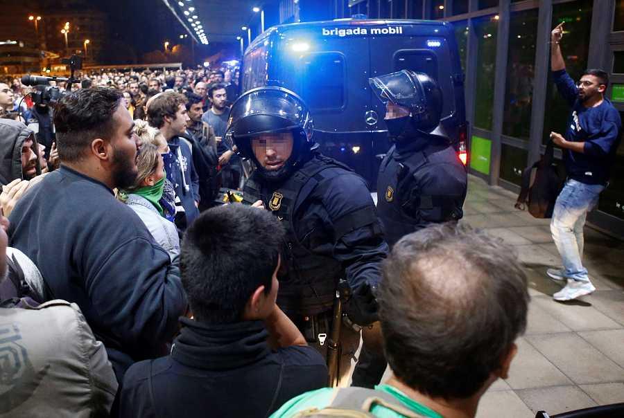 Els Mossos impedeixen el pas dels CDR a l'estació de Sants