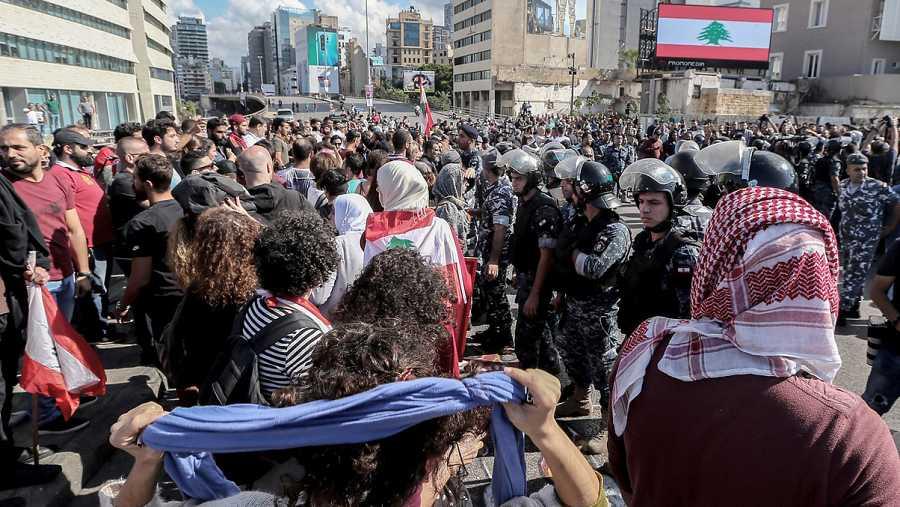 La policía libanesa separa a militantes de las organizaciones chiíes Hizbulá y Amal y a manifestantes contra el Gobierno en Beirut.EFE/EPA/NABIL MOUNZER