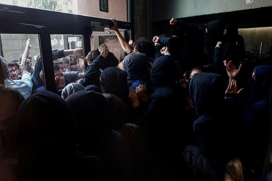 Els piquets de la Universitat Pompeu Fabra barren el pas a altres estudiants que intenten accedir a les aules