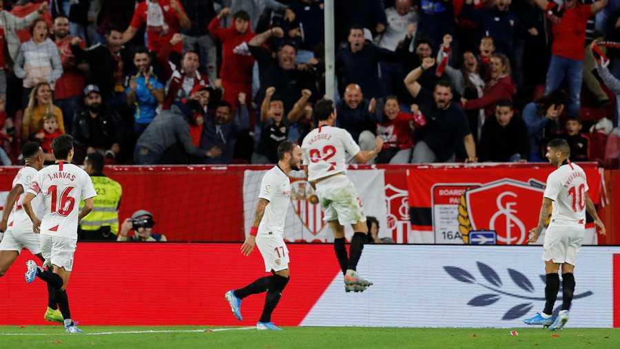 Los jugadores del Sevilla celebran el gol del 'Mudo' Vázquez