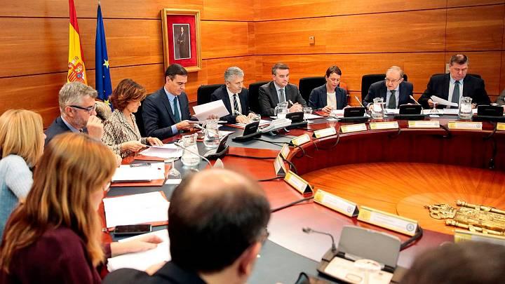 El jefe del Ejecutivo en funciones, Pedro Sánchez, c-iz, preside este sábado en La Moncloa una reunión del Comité de Coordinación sobre la situación en Cataluña